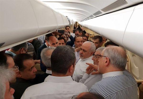 غافلگیری ظریف در سفر به هند: جشن تولد ظریف در هواپیما+عکس