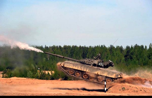 عکس/ قابلیت فوق العاده تانک تی 81 روسی/ شلیک در حال حرکت و پرش از مانع
