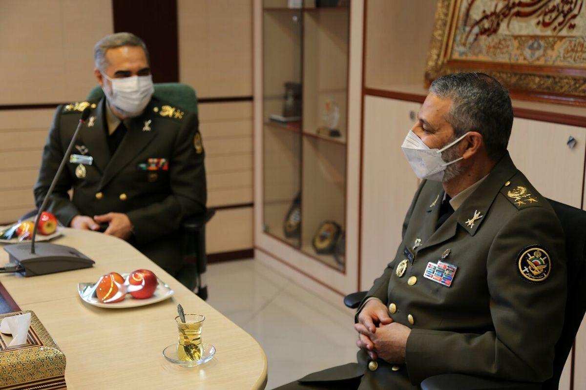 فرمانده ارتش به دیدار وزیر دفاع رفت