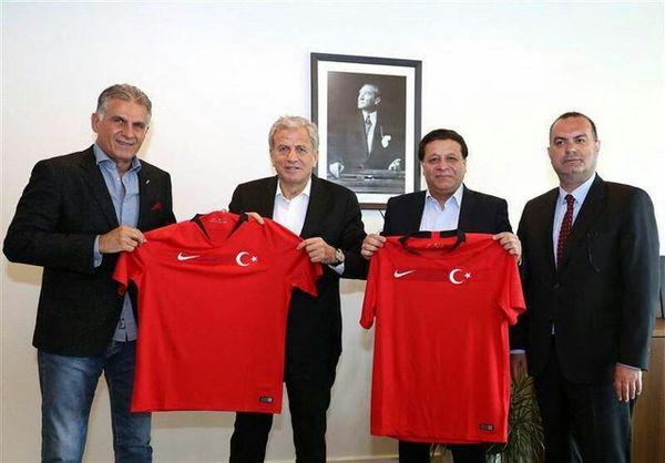 اهدای پیراهن تیم ملی ترکیه به کیروش