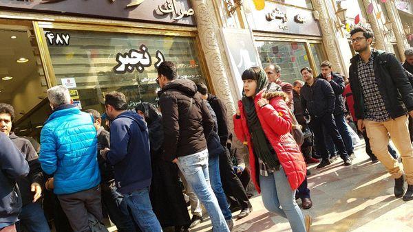 تجمع مردم به دلیل عرضه دلار دولتی 4624 تومانی/ یورو ارزان شد