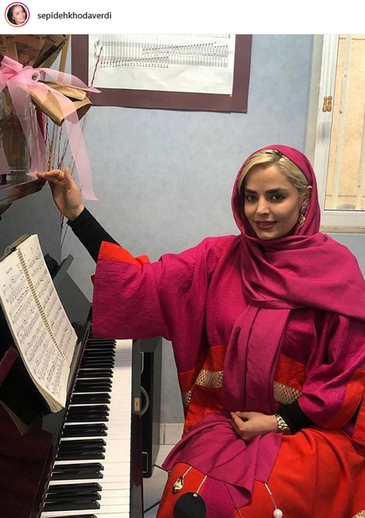 سپیده خداوردی در حال آموزش پیانو + عکس