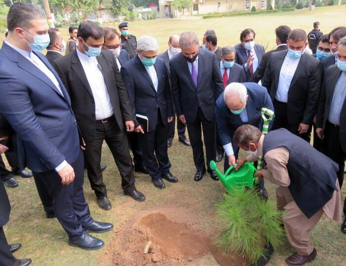 ظریف در محوطه وزارت خارجه پاکستان نهال کاشت