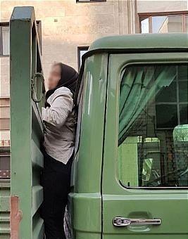 گیر افتادن دختری بین اتاقک و کفی حمل بار کامیونت / عکس